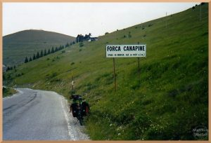 grüne Berghügel am Froca Canapine