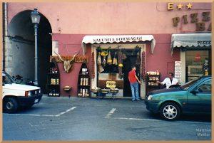Felsich- und Käsespezialitätengeschäft mit Kuhhornkopf, hängenden Würsten und Ladenbetreibern, Cascia