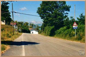 Passhöhe mit alpinem Bergblick, Monti della Laga