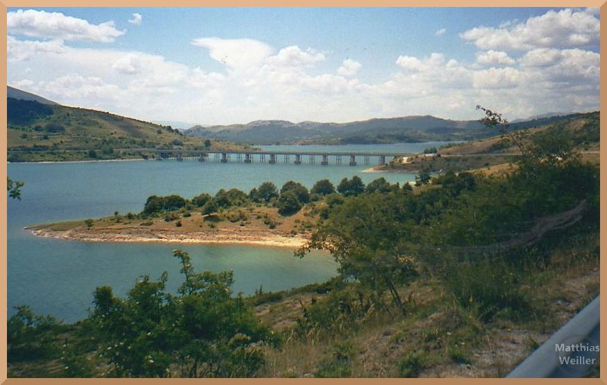 Stausee Lago di Campotosto mit Brücke im See, Sanduferbuchten