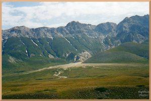 östliche Bergkette mit weiter Talmulde, Campo Imperatore