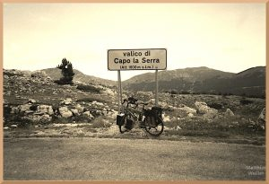 steinwüstiger Valico di Capo la Serra, Passschild mit Velo, sepiafarben