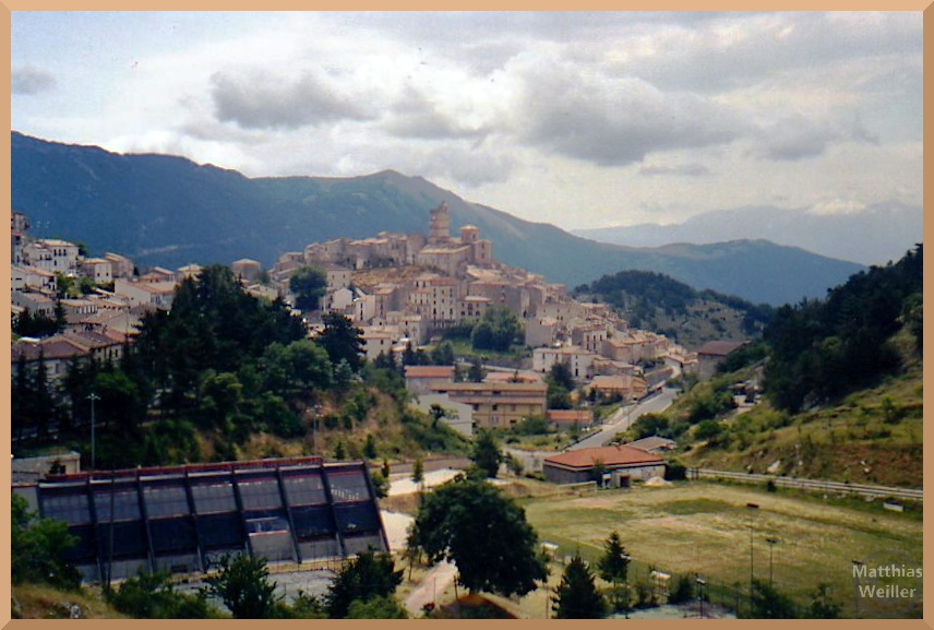 Gesamtpanorama auf Hügelstadt Castel del Monte