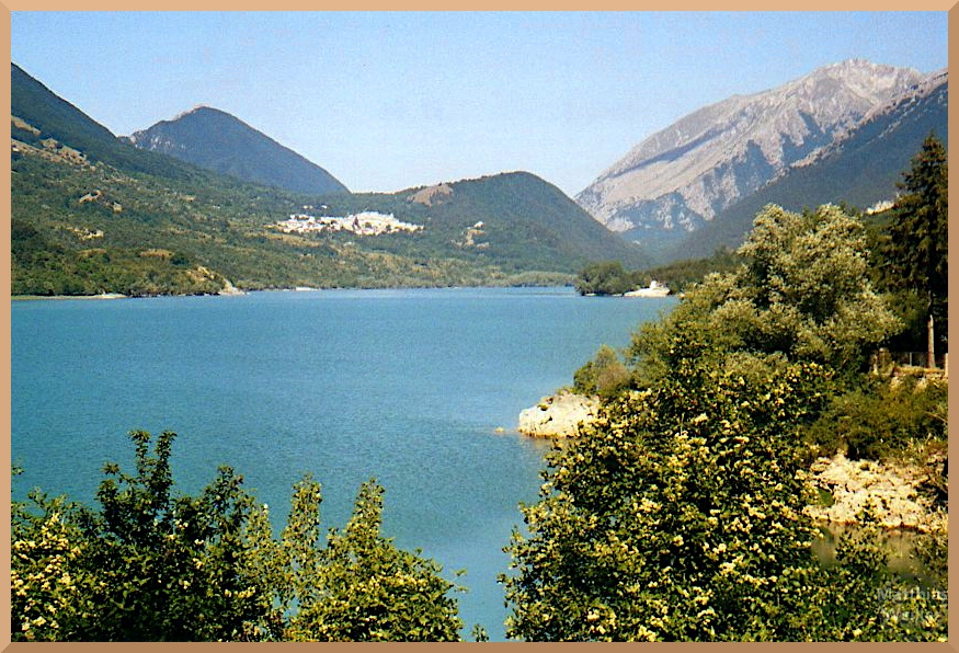 Blick auf den Lago di Barrea mit Bergumgebung