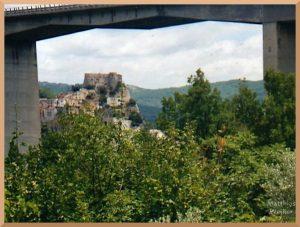 Burgfels mit Ort, Blickfenster unter Brücke, Cerro al Volturno