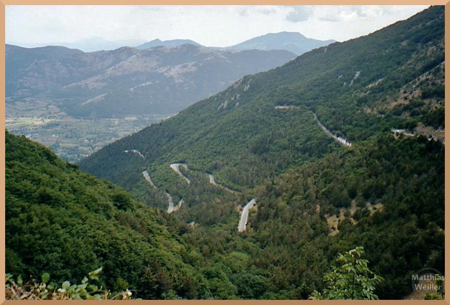 bewldeter Serpentinenaufstieg zu den Monti del Matese aus der Vogelperpektive