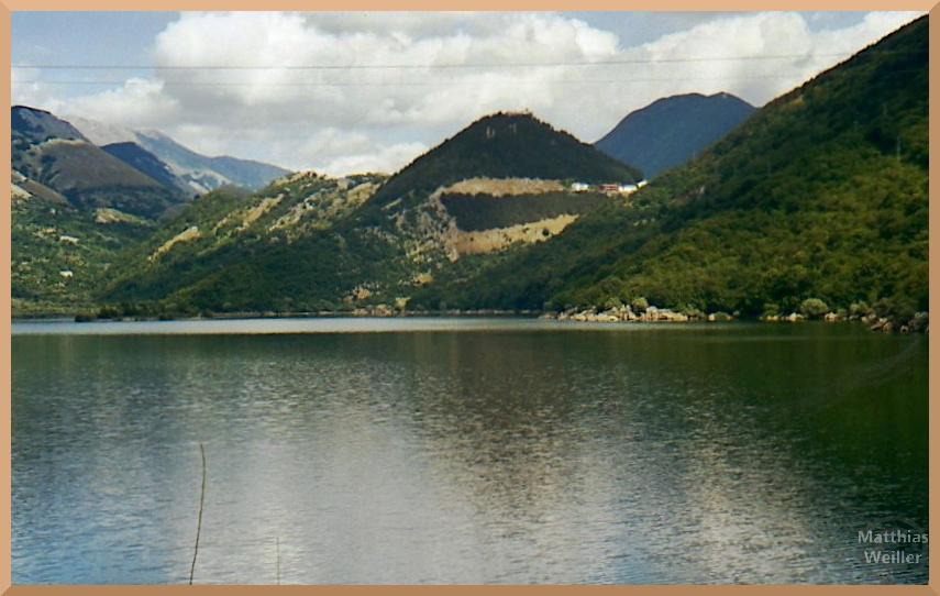 Lago di Gallo, grünlich eingebunden in Berghügel, Letino