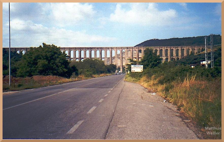dreistöckiges Viadukt quer zur geraden Straße, Maddaloni