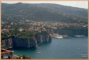 Sorrento über Felsenküste mit Hafenmole
