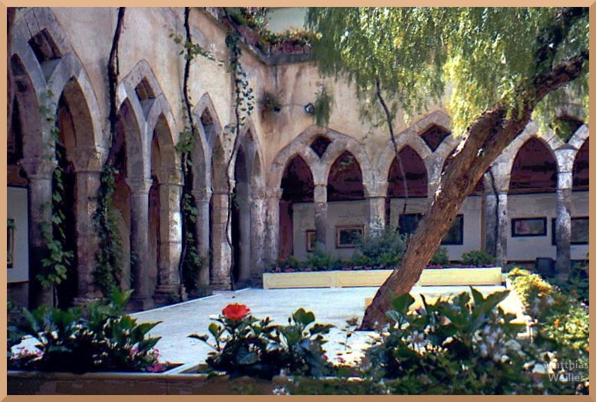 gotischer Klosterkreuzgang mit Innenhofgarten und Bühne, Chiesa Francesca d'Assisi, Sorrento
