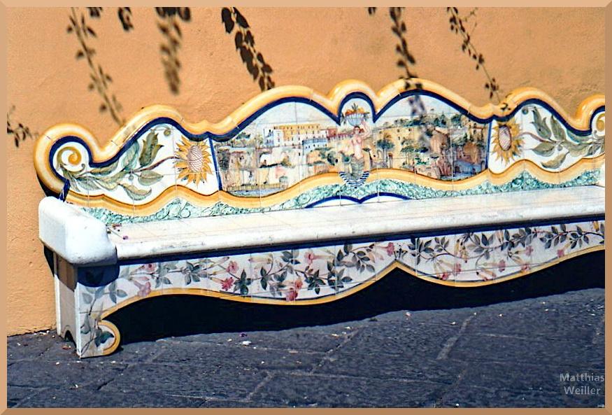 Keramikbank, Sorrento, Blumenmuster, Meerjungfrau, gelb-blau-grün-rosé vor Ockerfassade