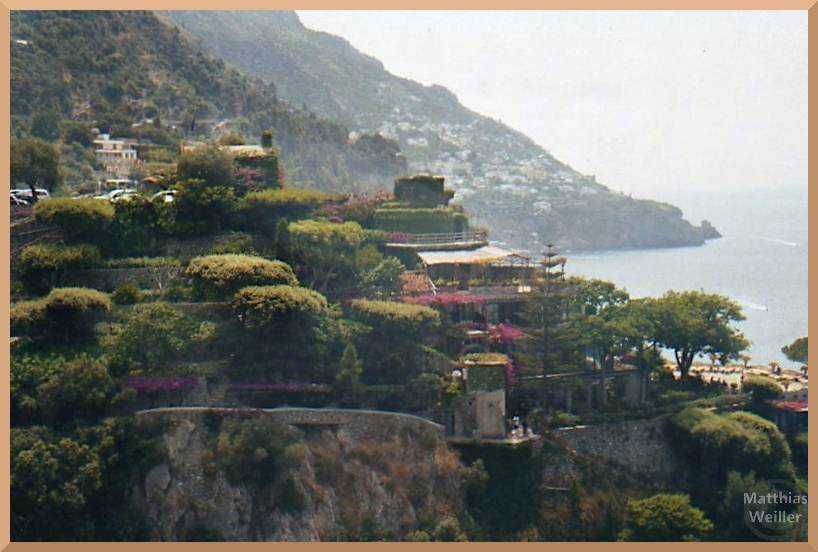 Amalfiküste mit terrasiertem Gartenhotel grün/rosa Bewuchs