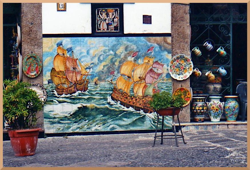 Szene mit alten Segelschiffen in hoher See auf Kachelmarmor, bunt, Vietri