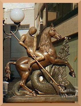 bronzener Ritter und Pferd im Kampf mit Fabelwesen, Skulptur in Scalea