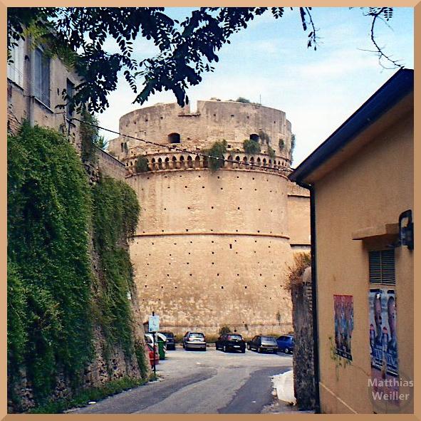 runder Turm der Festung Crotone, sandfarben