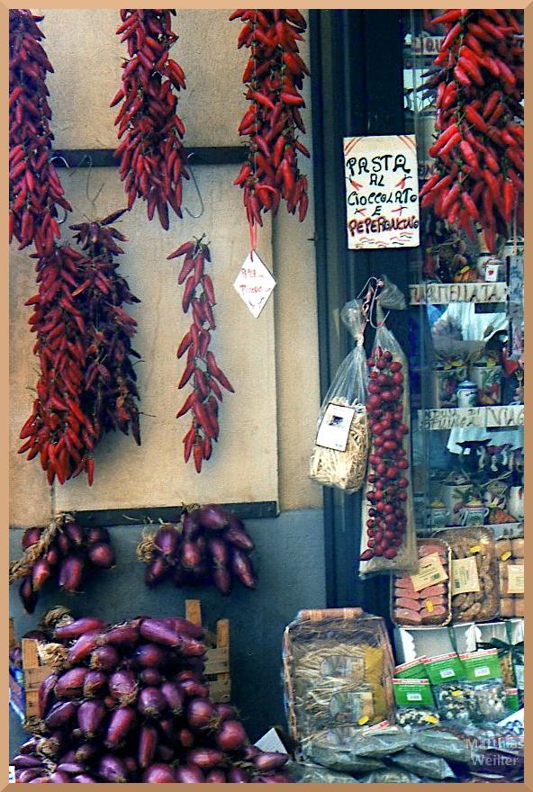 Stand mit roten Zwiebeln und Peperoni, Tropea