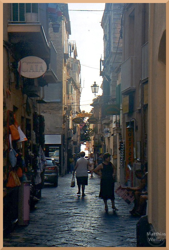 Straßenszene, enge Gasse, Tropea