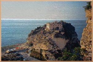märchenschlossähnliche Kirche Santa Maria dell'Isola auf Fels im Meer vor Tropea