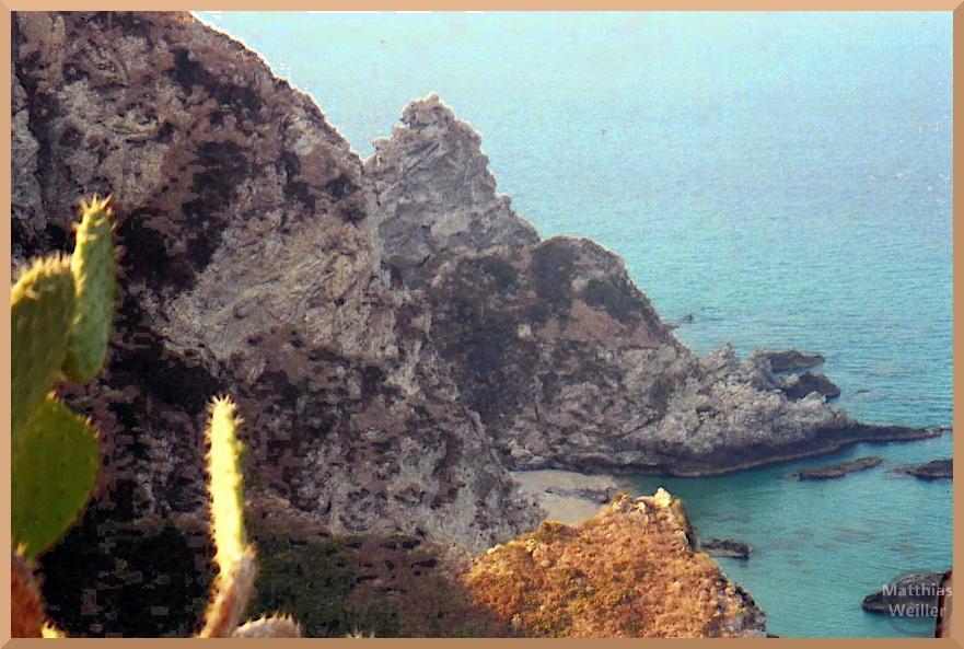 spitzer Fels mit kleinr Strandbucht, Capo Vaticano