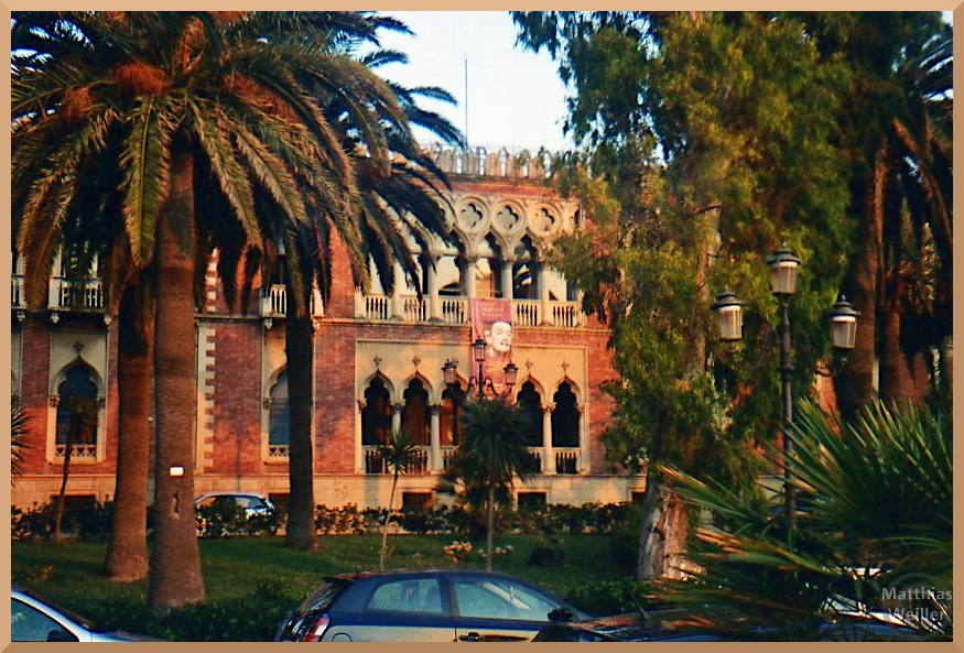 Museo nazionale, Reggio di Calábira, gotische Bögen, beige/weinrote Fassade, Palmengarten