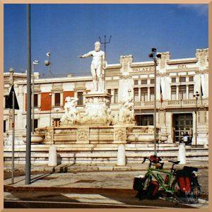 Neptunbrunnen. Catania, weiß/beige Marmor