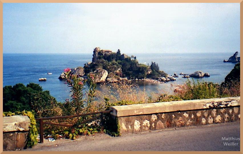 Isola Bella bei Taormina mit Blüten