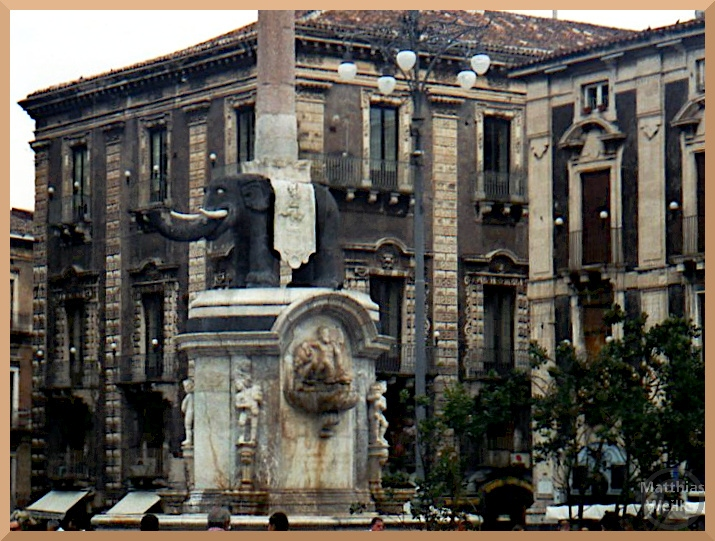 Elefantenbrunnen Catania, elfenbeinfarben/lavaschwarz