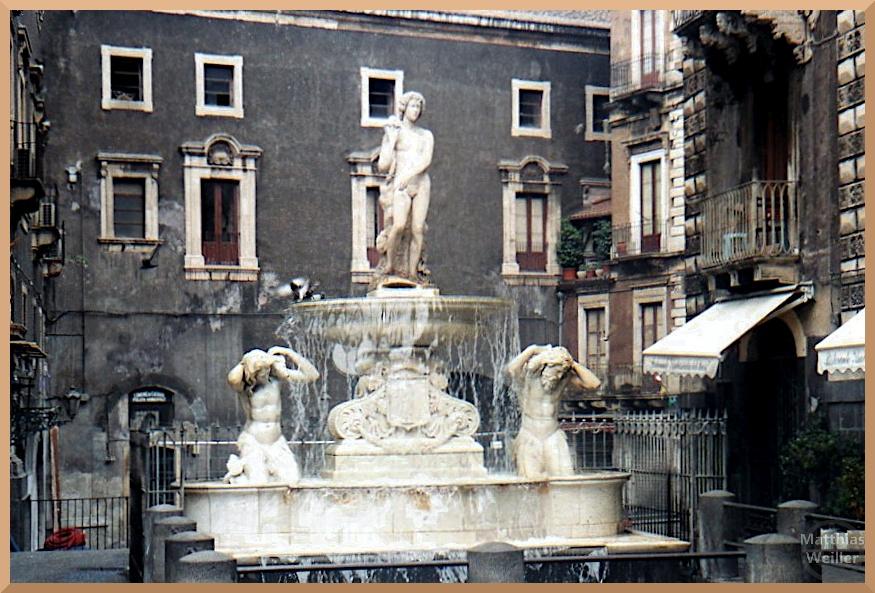 Brunnnen mit drei Figruen, Catania, elfenbeinfarben, lavadunkle Fassaden