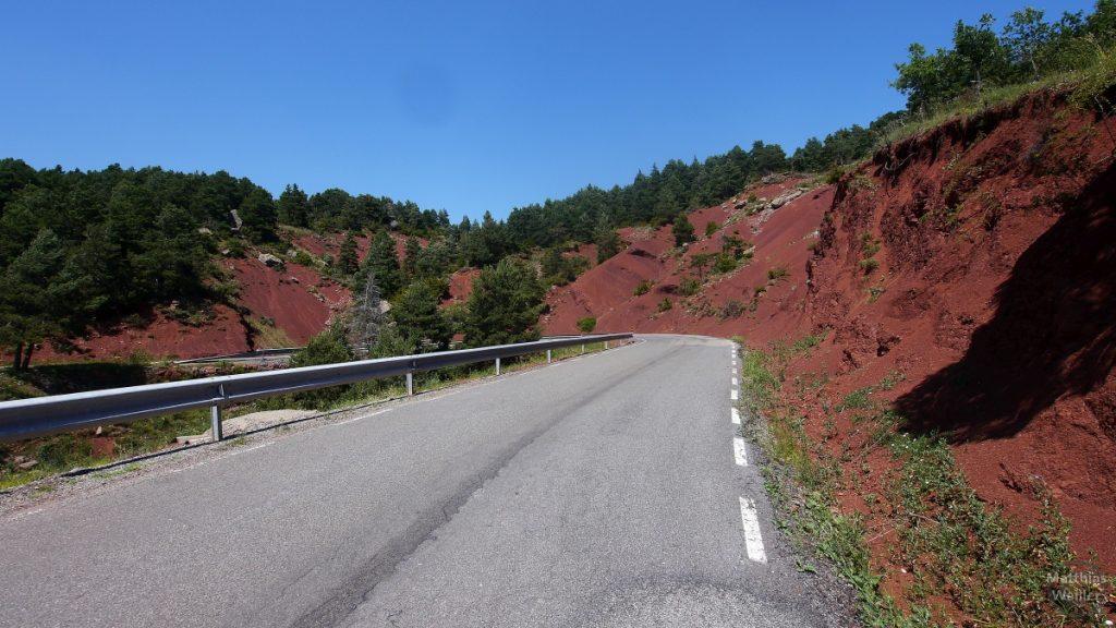 Sierra del Cadi, rote Erde in Straßenkurve