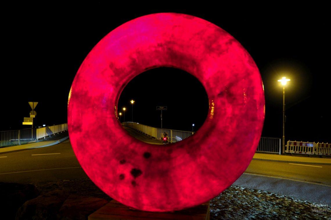 Roter Lichtring im Kreisel in Konz, Saarbrücke, Nachtansicht