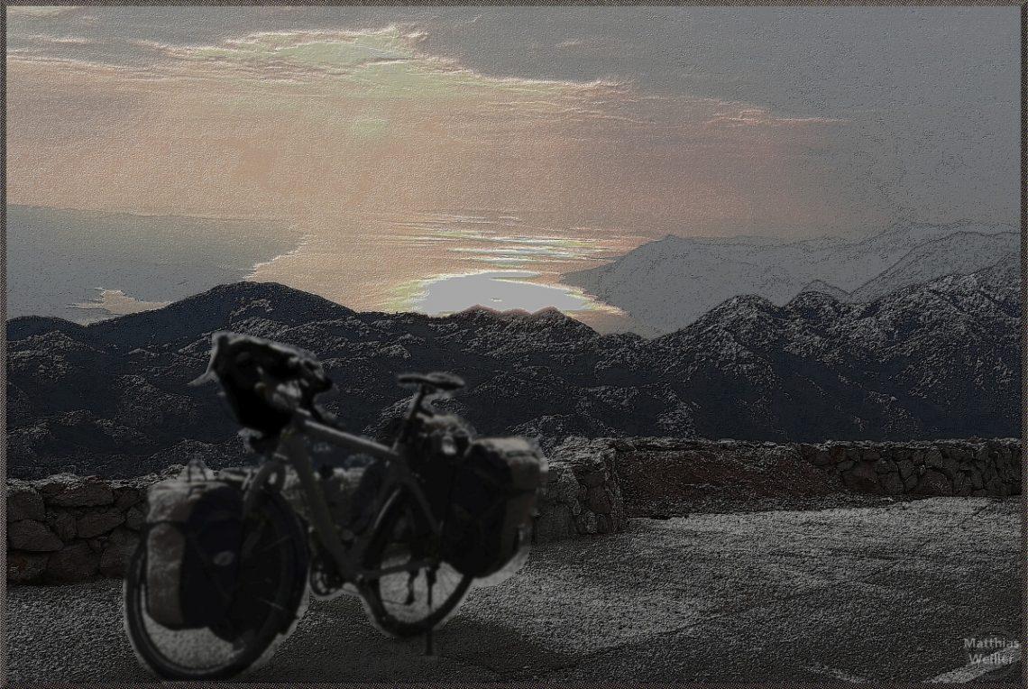 stilisiertes Bild Sveti Jure, Biokovo, Abendrot über Meer, Fahrrad unscharf im Vordergrund, teils entfärbt