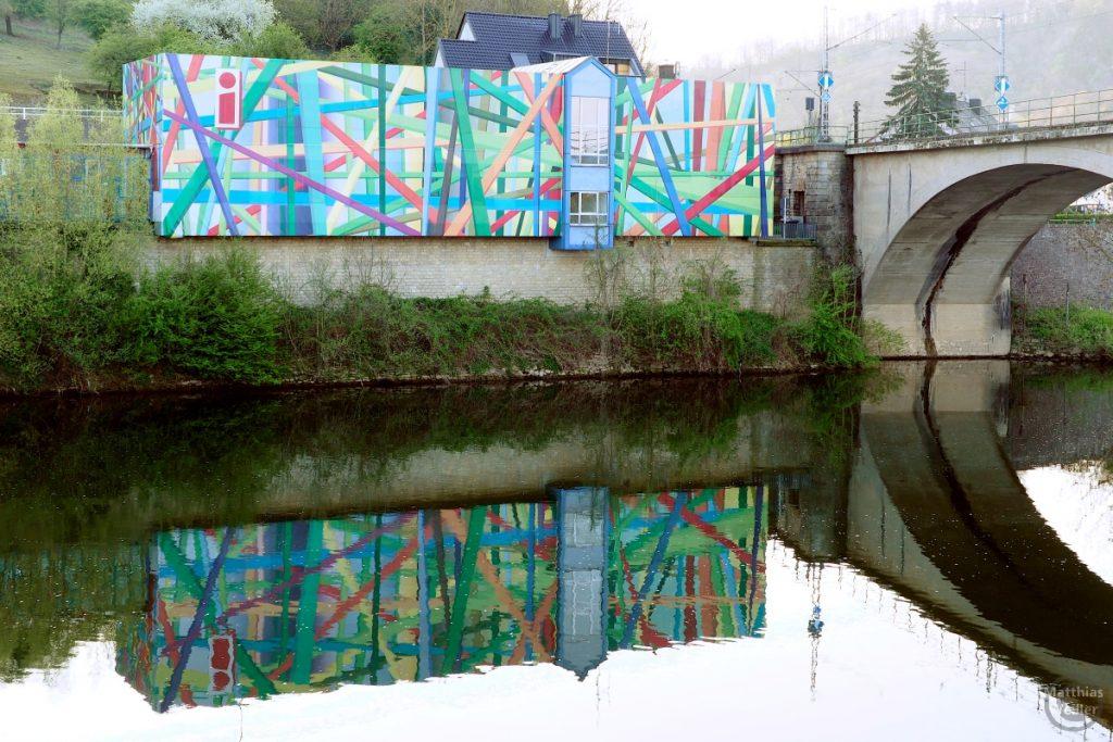 Abstrakt-buntes Zollhaus, heute Touristinfo, Wasserbilligerbrück