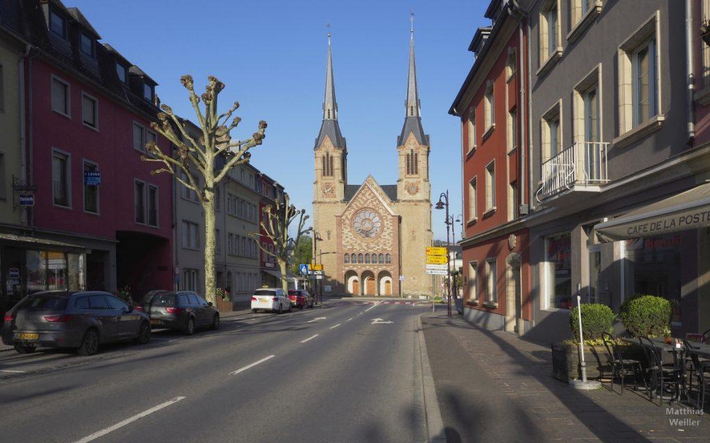Doppelturmkirche Diekirch in Straßenflucht