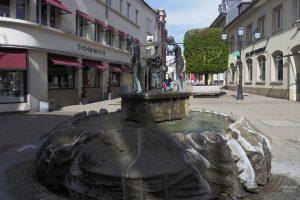 Brunnen mit Weinarbeiterskulptur in Grevenmacher
