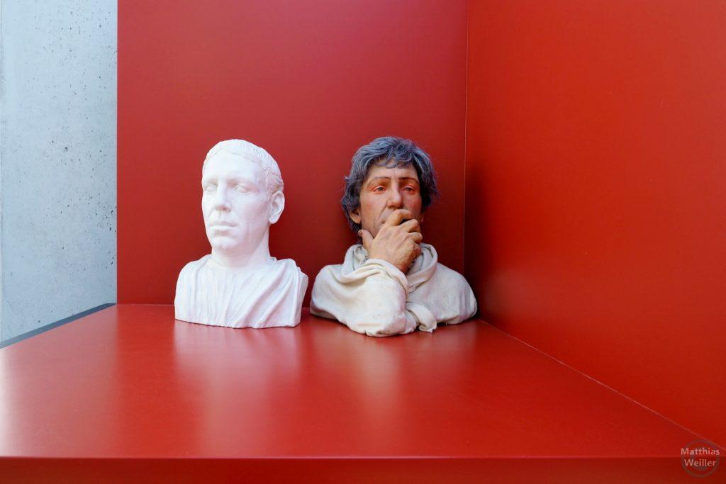 2 Römerköpfe in der Villa Romaine, Echternach, Weiß auf Rot