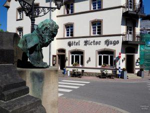 Büste Victor Hugo vor gleichnamigen Hotel