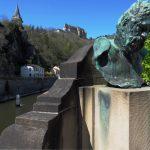 Büste Victor Hugo vor Burgberg Vianden mit Our