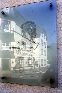 Maison de Victor Hugo, Vianden, Portätbildung mit Schrift, gespiegeltes Haus