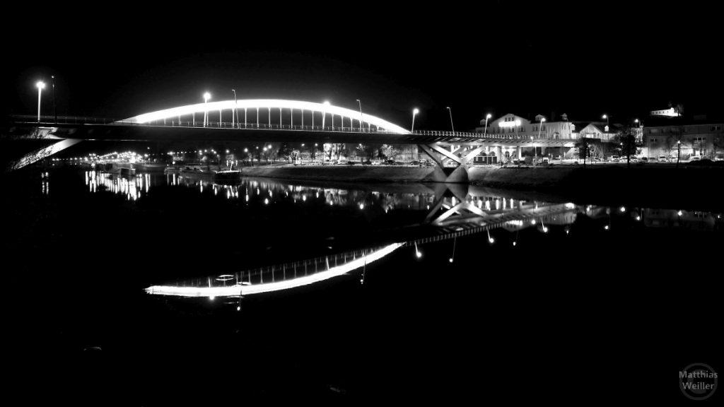 Nachtansicht beleuchtete Bogenbrücke Grevenmacher, gespiegelt in der Mosel, schwarz/weiß