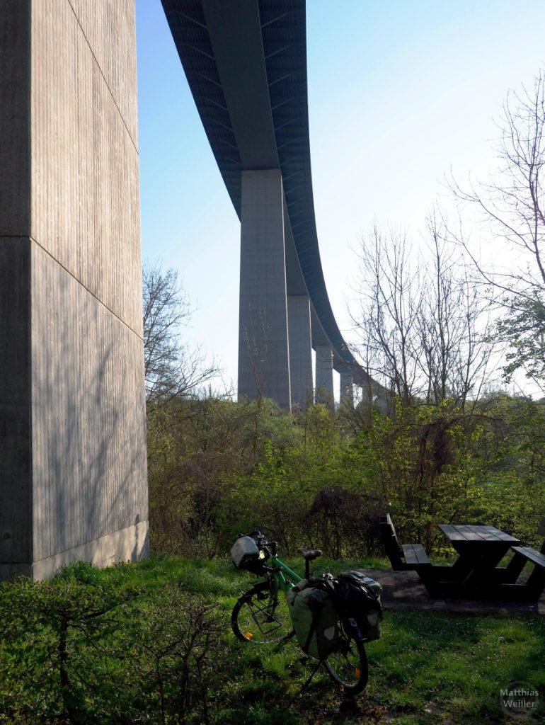 Autobahnbetonbrücke A1/E44 über die Sauer, von unten gesehen, mit Velo