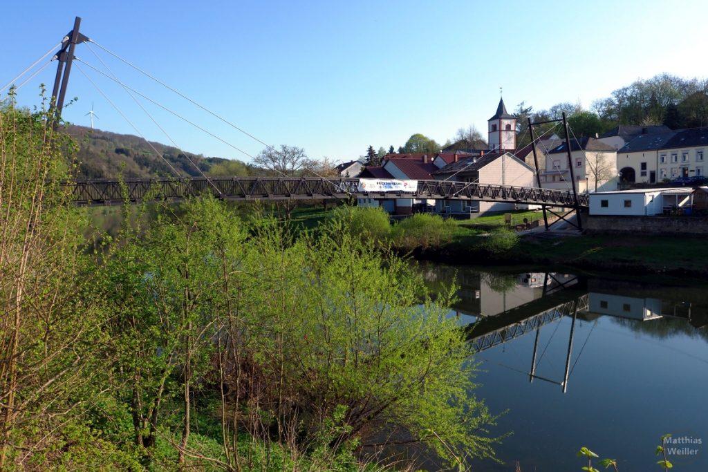gebogen Hängebrücke, Ortsblick auf Metzdorf mit Brücke, von Moersdorf
