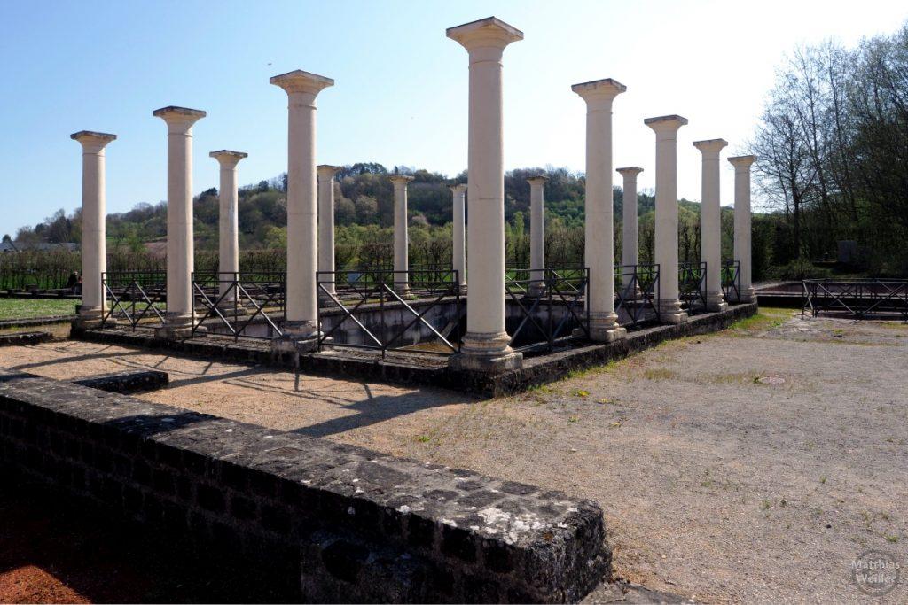 weiße Säulen der Freibadanlage, Villa Romaine, Echternach