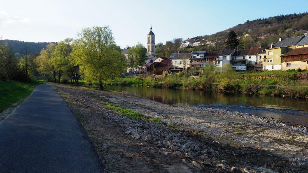 Bolldorf mit Kirche und Sauer, Radweg auf Luxemburger Seite