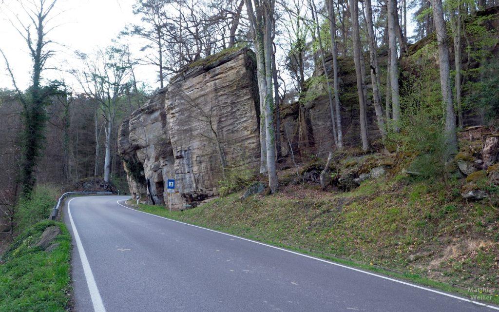 kippende Felsen an Straßenkurve, Kleine Luxemburgische Schweiz