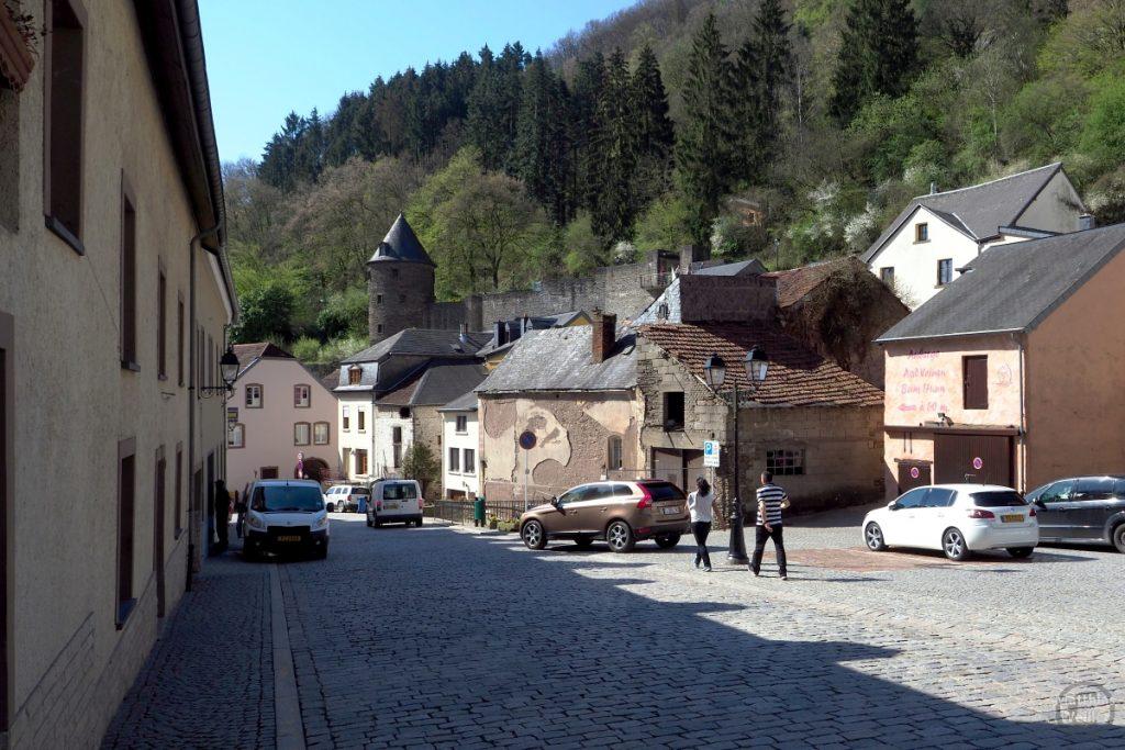Pflastergasse in Vainden mit Stadtmauer und Rundturm, Straßenszene