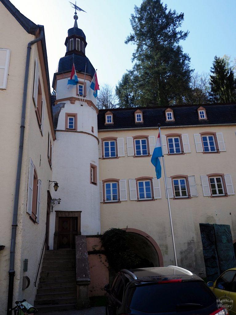 Rathaus Vianden mit Turm, Luxemburg-Beflaggung