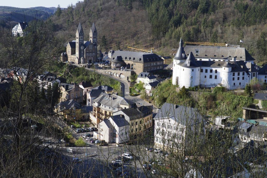 Blick auf Clervaux von oben, mit Schloss und Doppelturmkirche
