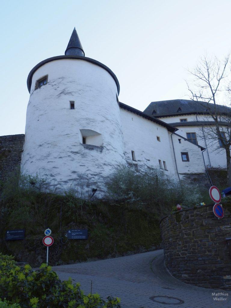 wießer Runtturm mit SOpitzturm im Hintergrund, nahe Froschperspektive auf Schloss Clervaux