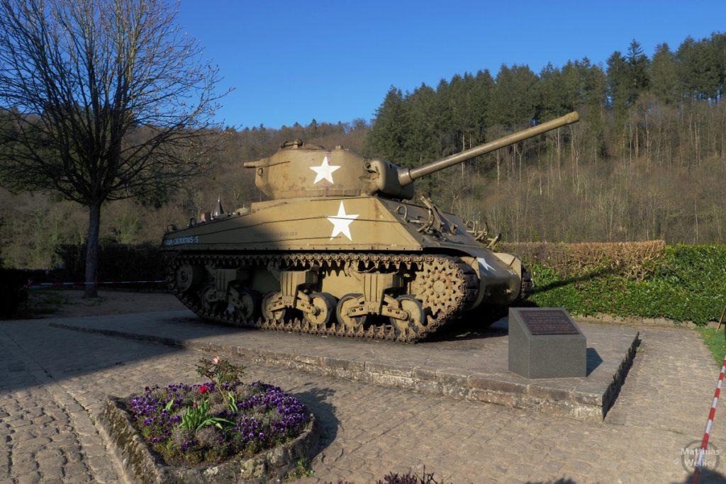 Panzermodell mit weißen Sternen auf braun-oliv, letzter Panzer im Verteidigungskampf von Clervaux