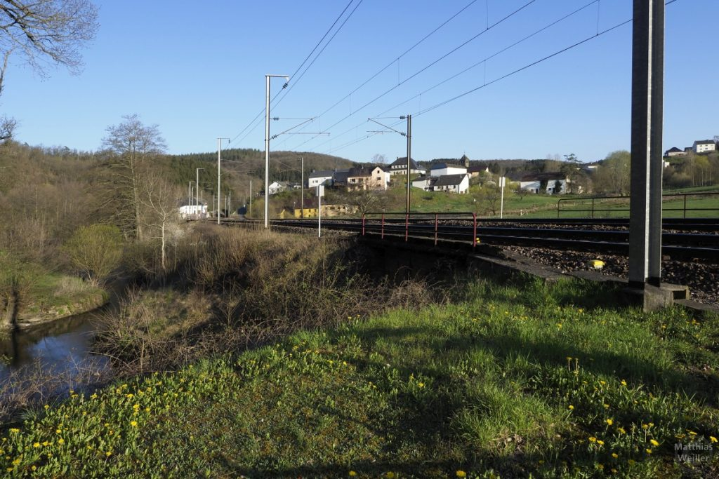 Bahnlinie mit Drauffelt aus der Bodenperspektive an der Clerve